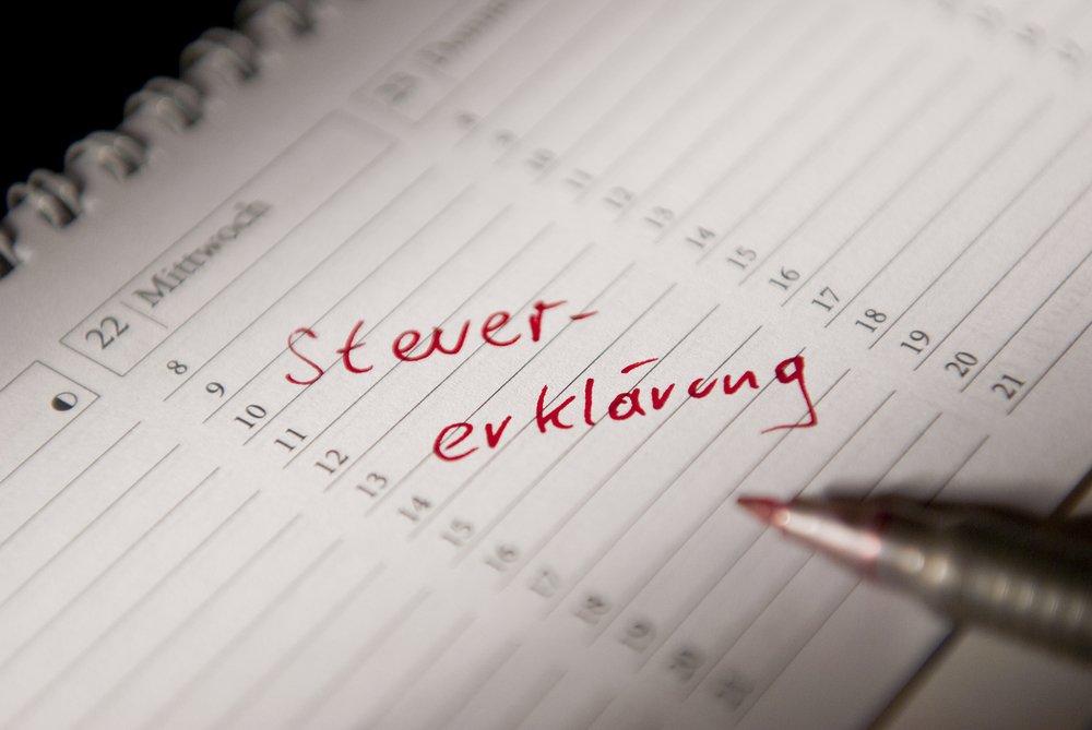 Stift liegt auf Kalender