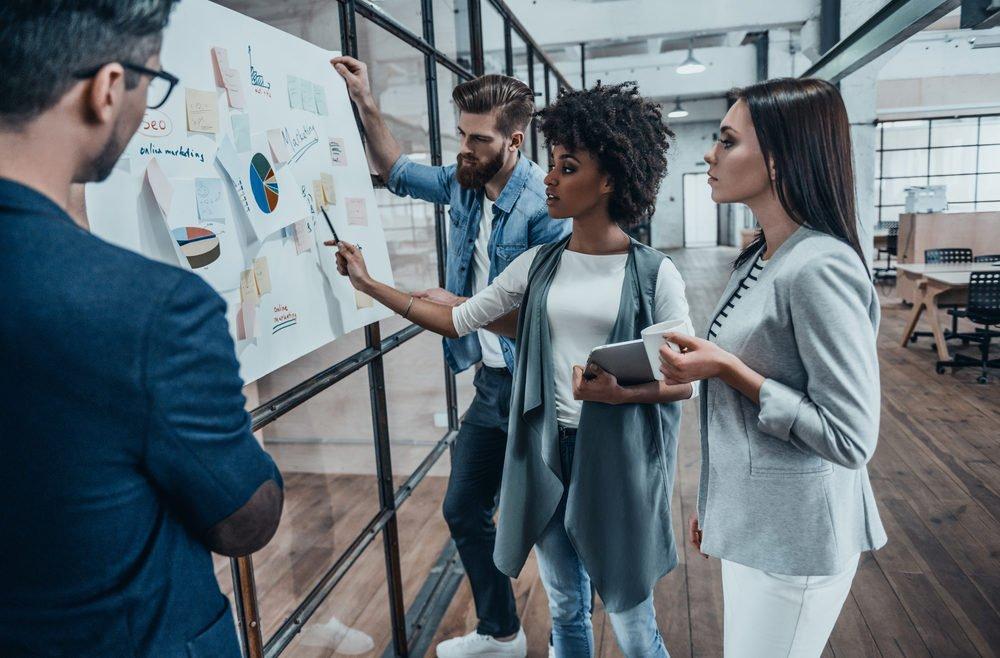 Jungunternehmer präsentieren Businessplan mit Grafiken