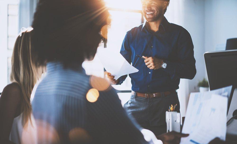 Gründer stellt sich Fachleuten und Freunden vor.