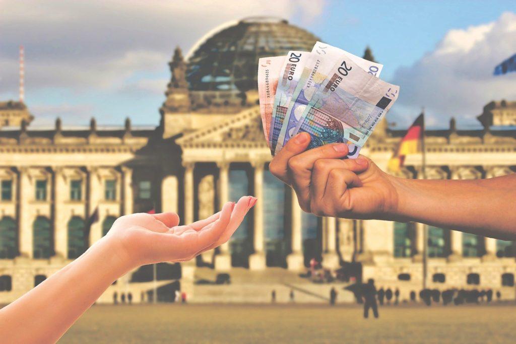 hand gibt finanzielle hilfe